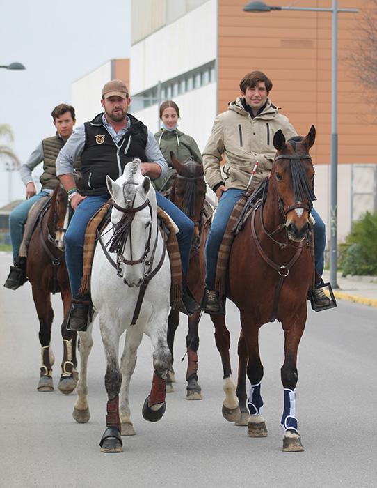 Grupo de jinetes al paso por su población respetando las normas de circulación